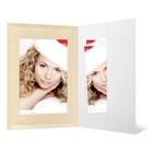 Portraitmappe mit Tasche für 15x20 cm - weiß glänzend - creme Satinmaske - Blindprägung Produktbild